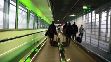 People go to corridor horizontally moving escalator at exit — Stock Video