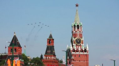Ten fighter planes aligned delta fly over Red Square — Stock Video