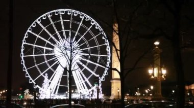 Lighted Ferris wheel, Luxor obelisk and road at Champs Elysees — Stock Video