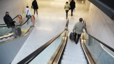 People run down steps of moving escalator — Stock Video