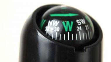 Närbild av kompass sväng runt — Stockvideo