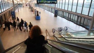 Mujer cae en mover las escaleras mecánicas — Vídeo de stock