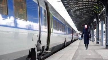 Femme à la gare de l'est sur la plate-forme le long du train — Vidéo