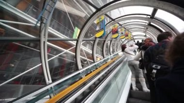Elevator lift people in Centre Georges Pompidou — Stock Video