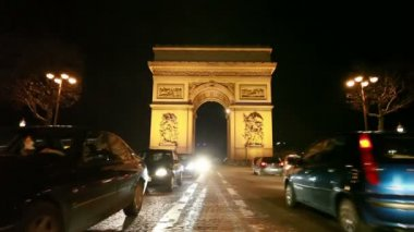 Cars move near the Arc de Triomphe — Stock Video