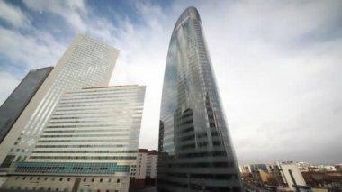Výšková budova v paris la défense — Stock video