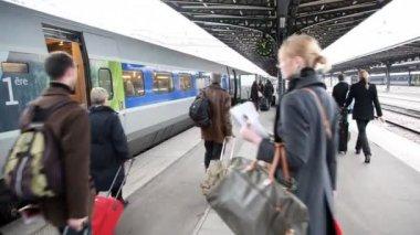 Personnes à la gare sont à pied le long du train — Vidéo