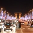 Night traffic on the road near the Arc de Triomphe — Stock Video