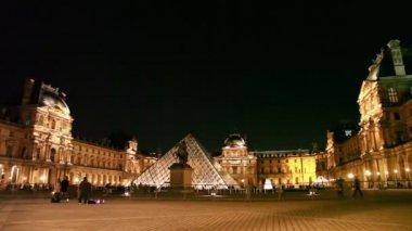 Туристы ходить на площадь перед Лувром, ночь — Стоковое видео