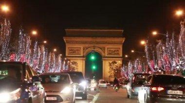 Cars move on the Champs-Élysées near Arc de Triomphe — Stok video