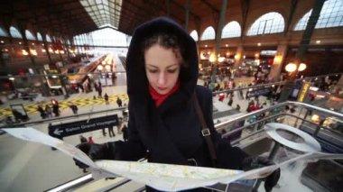 Mulher olha para o mapa na estação do norte de paris — Vídeo Stock