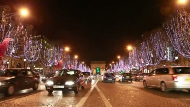 Cars move on night road the Champs-Élysées — Wideo stockowe