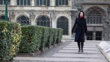Femme va sur la place de l'ancienne cathédrale — Vidéo