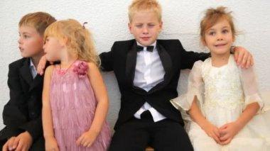 在庆祝的衣服中的四个孩子坐在房间里 — 图库视频影像