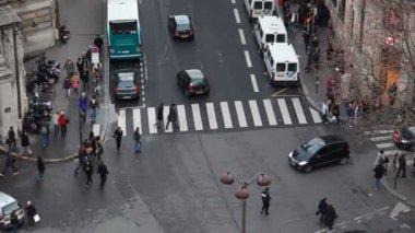 Traffico intenso e attraversamento pedonale nel centro di parigi — Video Stock