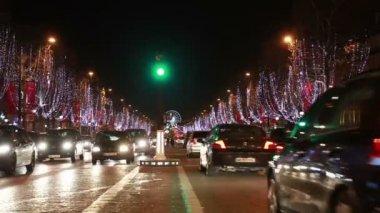 Cars move on the Champs-Élysées view Roue De Paris — Stock Video