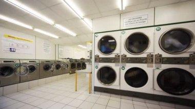 Lavadero público con grandes máquinas de lavado — Vídeo de Stock