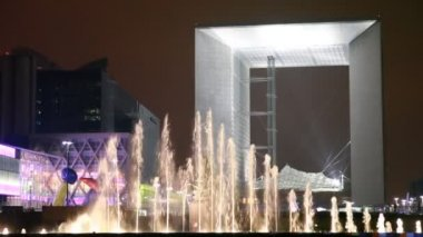 Agam fountain (Puteaux) in front of Grand arch La Defense — Stock Video