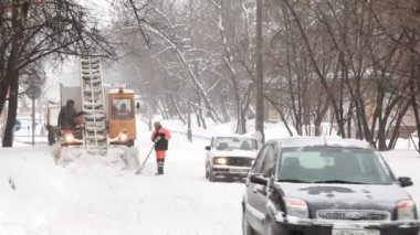 Moscow's municipal workers clean snow. — Stock Video