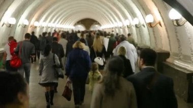 People goes in subway corridor. — Vídeo de stock