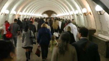 People goes in subway corridor. — Stock Video