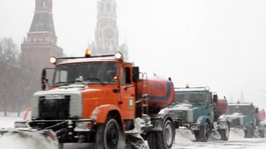 Municipal units with plows remove snowfall near Kremlin — Stock Video