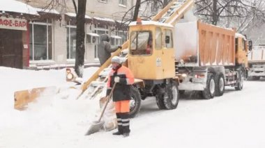 Municipal units with workers clean snow from street. — Stock Video