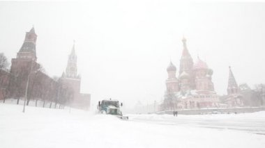 Municipal units move near Moscow Kremlin and remove snowfall with plows — Stock Video