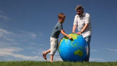 Senior avec petit-fils stand-by sur herbe et étude de la terre boule gonflable — Vidéo