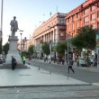 Street traffic, people and cars around monument near central Post office on O'Connell street — Stock Video