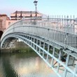 People crosses Ha'penny Bridge through Liffey river — Stock video #28064009