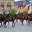 Horsemen in uniform and rank soldiers on Red Square — Stock Video