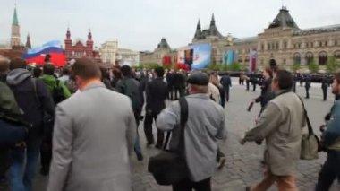 Journalisten und reporter gehen schnell in erwartung der ankunft des vip-personen — Stockvideo