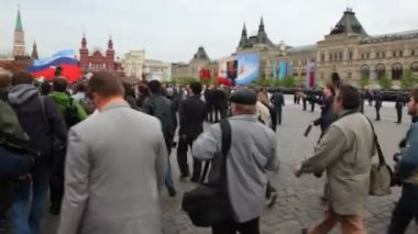 Journalists and reporters quickly go in anticipation of arrival of VIP-persons — Vídeo Stock