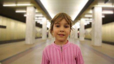 Menina fica na passagem de metrô, closeup — Vídeo Stock
