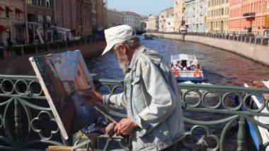 Painter paints on Nevskiy prospectus — Stock Video