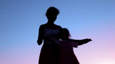 Moeder hand in hand van haar dochtertje — Stockvideo