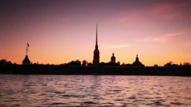 Silhouette Petropavlovskaya Fortress on bank of Neva in white nights — Stock Video