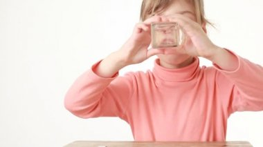 Bebida menina obediente mais do que ela quer água — Vídeo Stock