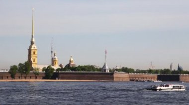 Boat floats Neva River at Peter and Paul Fortress in St. Petersburg — Stock Video