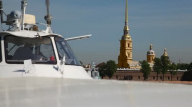 Panorama behind hydrofoil vessel Meteor Peter and Paul Fortress — Stock Video