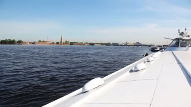Hydrofoil vessel Meteor stands in middle of Neva River, far away Peter and Paul Fortress — Stock Video