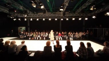 Models in topcoats on fashion show CPM Collection Premiere in Expo center — Stock Video