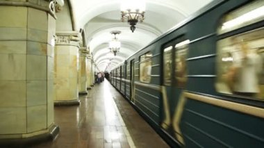 Train arrives at Komsomolskaya subway station — Stock Video