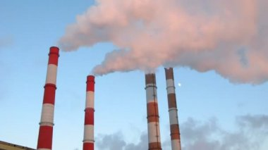 Dym z rury przed niebo, upływ czasu — Wideo stockowe