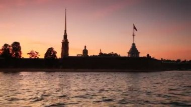 Petropavlovskaya Fortress on bank of Neva in white nights — Stock Video