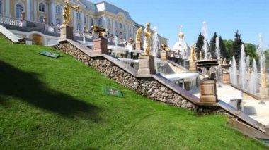 Cascade fountains at Royal Petrodvorets, Saint Petersburg — Stock Video