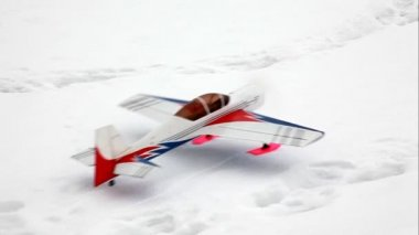 Toy model airplane start flying at sky — Stock Video
