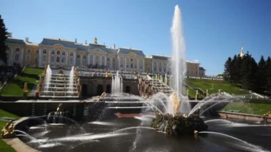 Fountain Samson and Grand Cascade fountains in front of Royal Petrodvorets — Stock Video