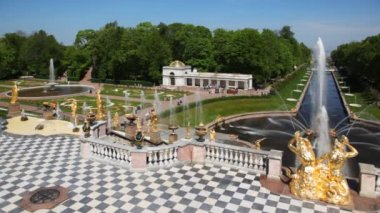 Fountains and pavilion left from Royal Petrodvorets — Stock Video